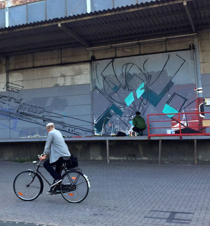 Radler vor Graffiti
